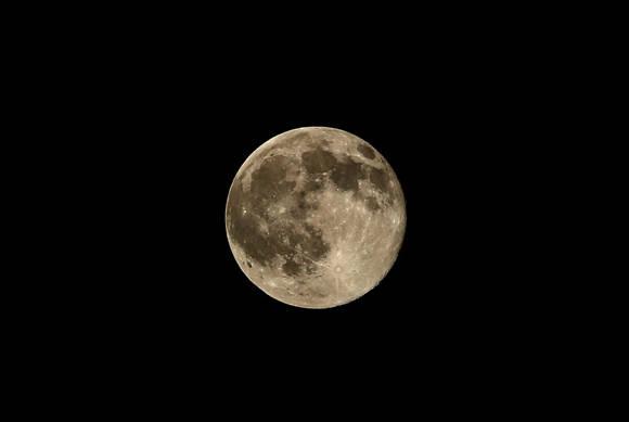 Luna llena sobre gaza noche. Foto: EFE