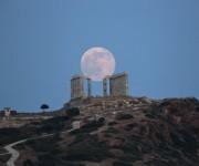 Luna llena sobre templo poseidon atenas. Foto: AP