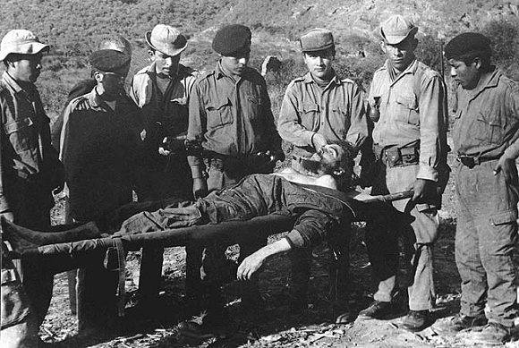 El cuerpo del Che junto a los cómplices de su asesinato. Foto: Archivo.