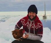 El joven de 24 años viaja por el mundo en yate con la única compañía de Monique. Foto: BBC Mundo.