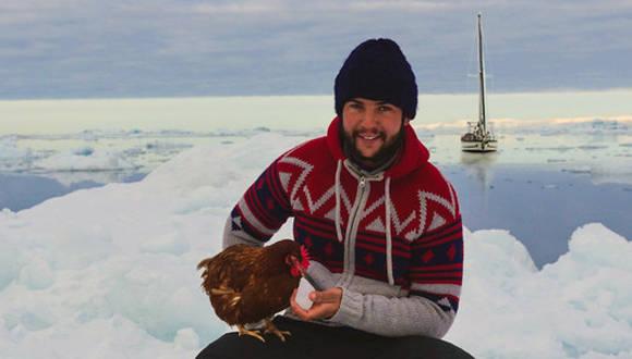 Una gallina recorre el mundo junto a su dueño (+ Fotos)