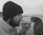¿Quién dice que una gallina y un hombre no pueden ser amigos? Foto: BBC Mundo