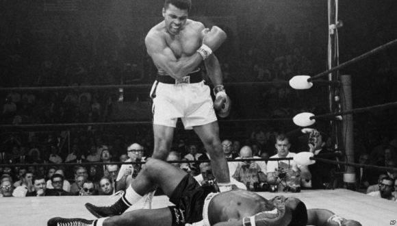 Muhammed Alí en una de sus míticas peleas. Foto: AP.