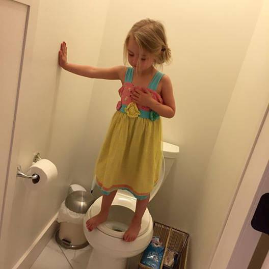 Una niña subida a un inodoro para evitar atacantes se populariza en Facebook.