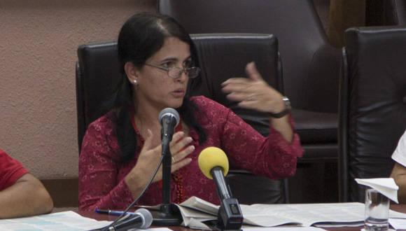 Marta Ayala, Miembro del Buró Político y Vicedirectora general del CIGB, discute documentos del VII Congreso del PCC. Foto: Ismael Francisco/ Cubadebate.