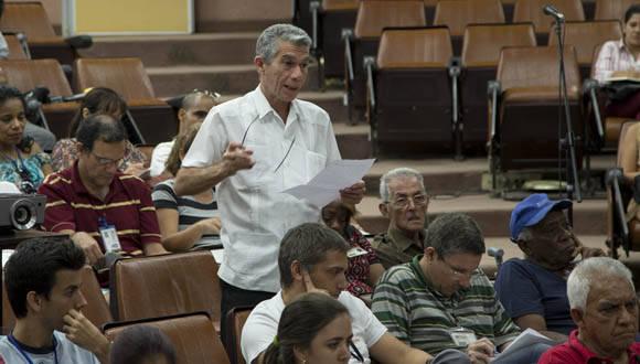 Jorge Berlanga, destacado científico cubano, interviene en la Asamblea que dio inicio al proceso de discusión de los documentos del VII Congreso del PCC. Foto: Ismael Francisco.
