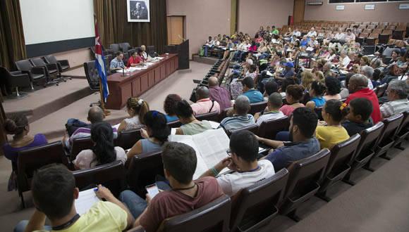 Discusión de los documentos del VII Congreso del PCC en el Centro de Ingeniería Genética y Biotecnología. Foto: Ismael Francisco/ Cubadebate.