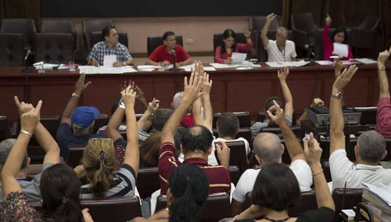 Ambos documentos fueron refrendados por la totalidad de los presentes. Foto: Ismael Francisco/ Cubadebate.
