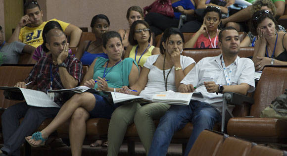 El proceso de discusión se extenderá hasta el próximo 20 de septiembre, y su objetivo es enriquecer dos documentos que fueron presentados en el VII Congreso del PCC. Foto: Ismael Francisco/ Cubadebate.