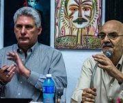 Miguel  Díaz-Canel Bermúdez (I), Primer Vicepresidente de los Consejos de Estado y de Ministros,  junto a Antonio Moltó Martorell, Presidente de la Unión de Periodistas de Cuba (UPEC). Foto: Abel Padrón Padilla/ ACN.