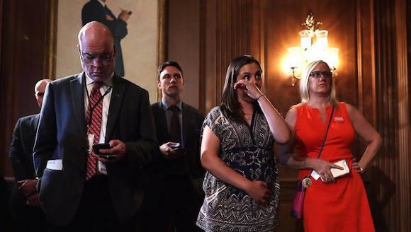 Familiares de víctimas de matanzas en Estados Unidos se lamentan al escuchar el fallo de la Suprema Corte respecto a los rifles de asalto. Foto: AFP