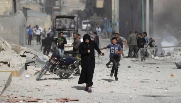Civiles huyen de los bombardeos en Siria. Foto: Reuters.