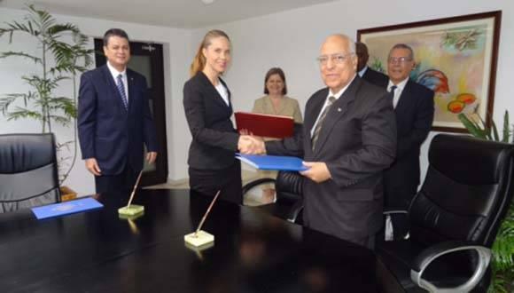 Suecia y Cuba hoy han firmado el acuerdo de regularización de la deuda cubana con Suecia, en el marco del convenio multilateral entre los 14 acreedores de Cuba del llamado Club de París y Cuba. Foto: Embajada de Suecia.
