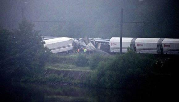 Dos vagones se descarrilaron y quedaron tumbados sobre uno de sus lados. Foto: AP.