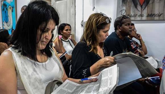 Participantes en los debates de los documentos del 7mo. Congreso del Partico Comunista de Cuba (PCC), en la sede de de la Unión de Periodistas de Cuba (UPEC), en La Habana. Foto: Abel Padrón Padilla/ ACN