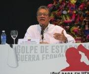 """""""En Venezuela pueden pasar muchas cosas, pero lo que se sabe es lo que manipulan los monopolios mediáticos"""", afirmó el diputado socialista, el profesor y destacado periodista Earle Herrera."""