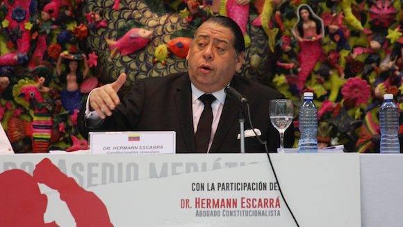 """""""En Venezuela pueden pasar muchas cosas, pero lo que se sabe es lo que manipulan los monopolios mediáticos"""", afirmó el diputado socialista, el profesor y destacado periodista Earle Herrera, en una conferencia celebrada este martes 12 de julio en la habanera Casa de las Américas, junto al abogado constitucionalista Hermann Escarrá y Germán Carrero Escalante, vocero del Comité de Víctimas de las Guarimbas y Contra el Golpe de Estado Continuado."""
