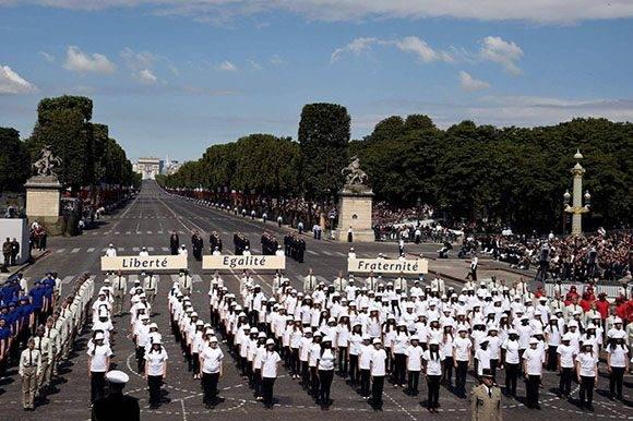 Estudiantes franceses cantan el himno nacional francés en la Plaza de la Concordia. Foto: AFP.