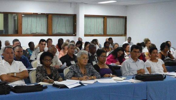 Diputados en la Comisión de Atención a los Servicios. Foto: Jorge L. Beker/ ANPP.