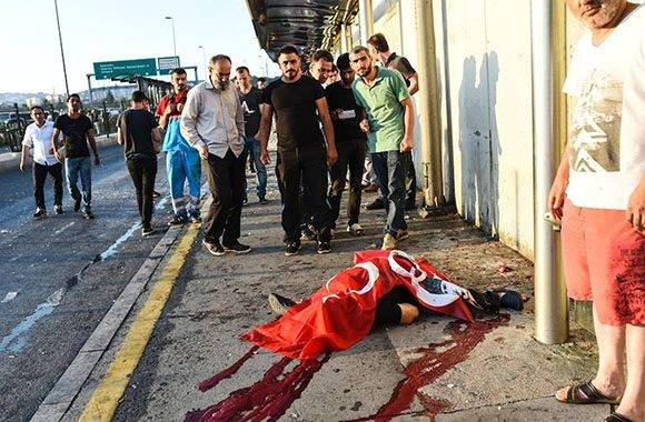 Cadáver de un civil en el Puente del Bósforo de Estambul.