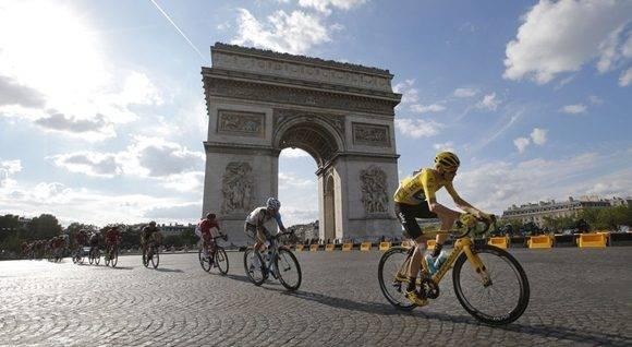 El líder pasa por el Arco del Triunfo de París. Foto: AFP.