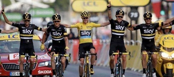 Chris Froome luce la camiseta amarilla de vencedor junto al equipo Sky. Foto tomada de The Huffington Post.
