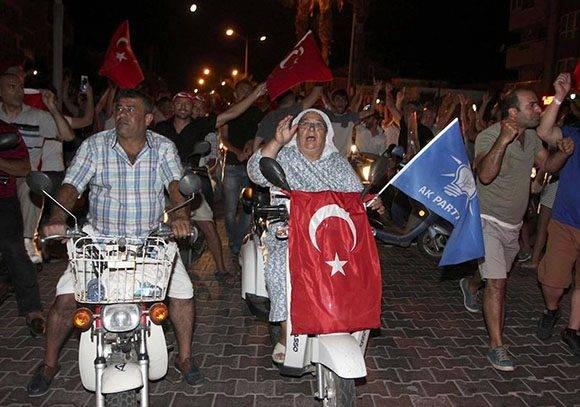 Civiles salen a la calle en la ciudad de Marmaris.