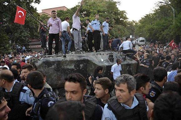 Civiles sobre un tanque en Ankara.