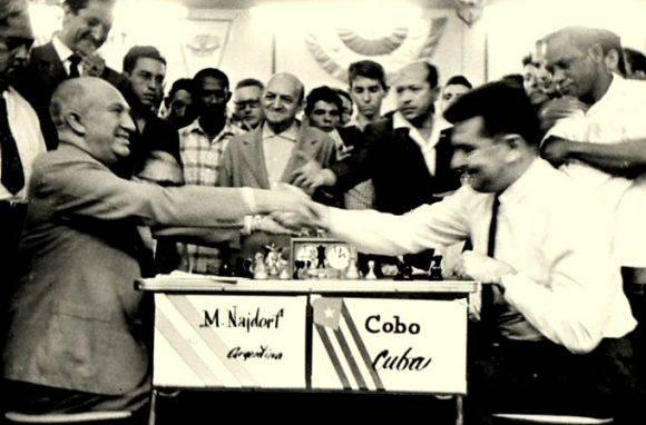 Cobo, aquí vs Najdorf, encabezó al equipo campeón.