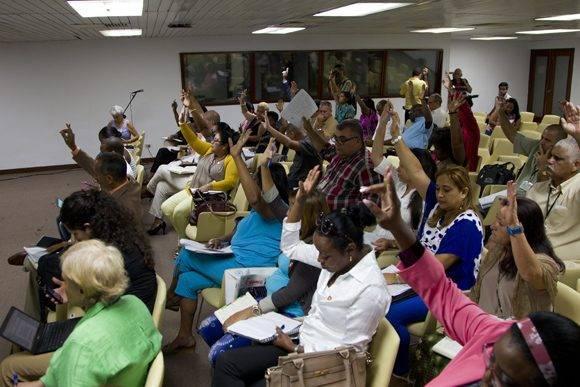 A propuesta del presidente de la Comisión, Jorge González, los diputados votaron por unanimidad reconocer la labor del MINSAP en la lucha contra las epidemias. Foto: Ladyrene Pérez/ Cubadebate.