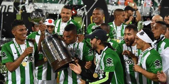 El equipo de Medellín sube a lo más alto del fútbol latinoamericano por segunda vez en su historia.