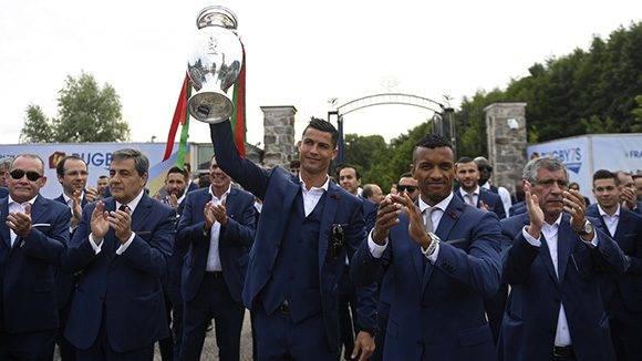 Cristiano Ronaldo, Nani y Fernando Santos (der.) exhiben la Eurocopa en Portugal. CR7 integró el 11 ideal como mejor delantero. Foto: AFP / Francisco Leong.