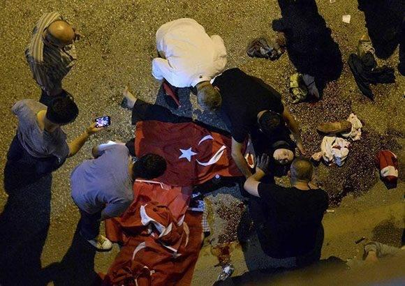 El cádaver de una mujer yace en el suelo en Ankara.