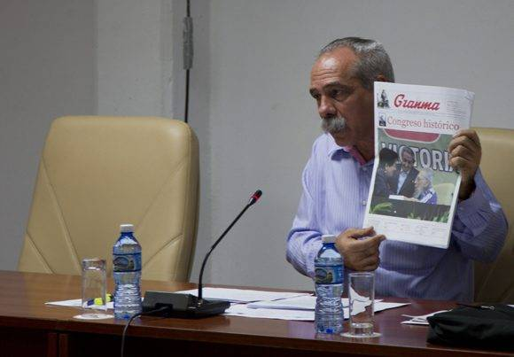 El diputado Jorge González Pérez interviene en la Comisión de Salud y Deporte. Foto: Ladyrene Pérez.
