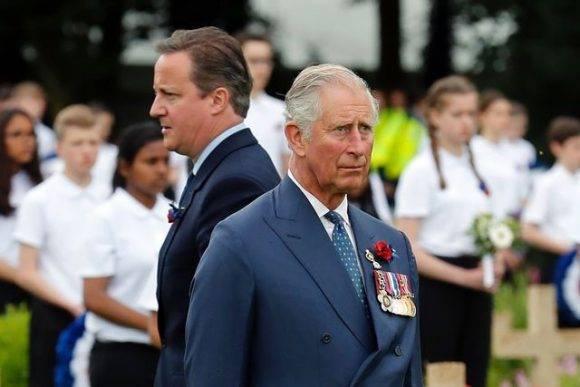 El príncipe Carlos y El primer ministro David Cameron en el monumento de Thiepval, lugar donde Gran Bretaña y Francia conmemoran la batalla del Somme, una de las más sangrientas de la Primera Guerra Mundial. 1 de julio de 2016. Foto: AFP