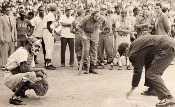 Fidel durante el juego de béisbol.