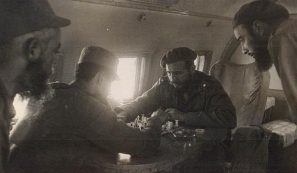 Fidel juega con uno combatiente del Ejército Rebelde.