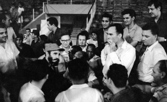 Fidel con ajedrecistas del III Capablanca (1964) en el Estadio Latinoamericano.