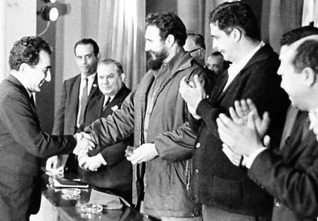 Fidel premia a Petrosian.
