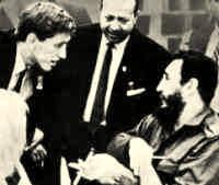 Fidel y Fischer conversan. Al centro, Barreras.