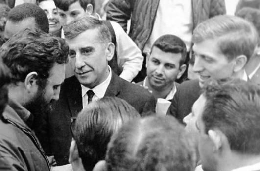 Fischer entre los que se acercan a Fidel luego de la clausura de la Olimpiada.