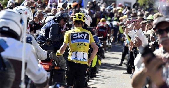 Una de las imágenes más llamativas fue cuando Froome chocó con una moto y terminó una etapa corriendo. Foto: AFP.