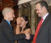 El decano de la Facultad de Comunicación (FCOM), Raúl Garcés, entrega el título de graduado al antiguo presidente de la FEU de FCOM, Armando Franco.. Foto: Yoandry Ávila/ CubaPeriodistas.