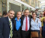 De der. a izq., la profesora Liliam Marrero, el decano Raúl Garcés y los graduados, Armando Franco y Aynel Martínez, durante el acto en el Aula Magna de la UH. Foto: Cubadebate.
