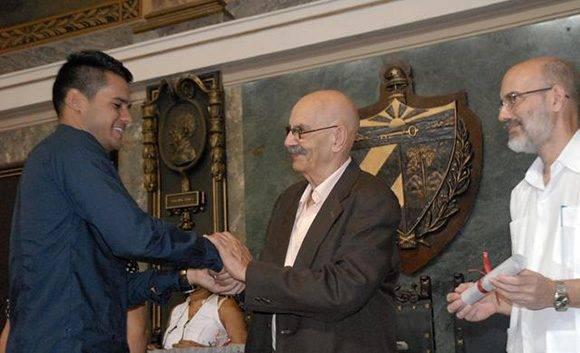 Antonio Moltó, presidente de la Unión de Periodistas de Cuba y Enrique Villuenda entregan el título al estudiante Darío Gabriel Sánchez. Foto: Yoandry Ávila/ CubaPeriodistas.