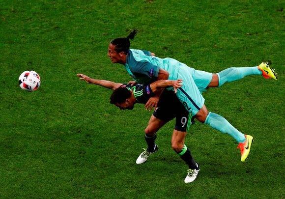 Hal Robson Kanu y Bruno Alves disputan un balón. Foto: UEFA