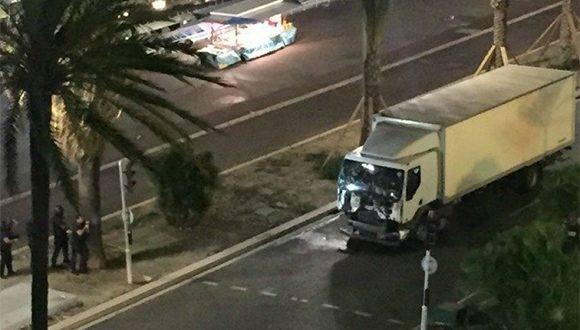 Imagen del camión que chocó contra la multitud. Foto tomada de Twitter.