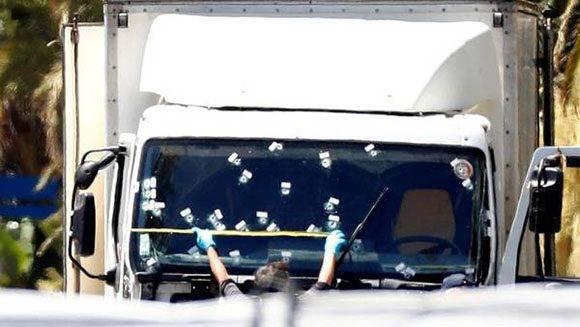 Investigadores de la policía francesa examinan el camión que arrolló anoche a una multitud de personas festejaba el Día de la Bastilla en el paseo de los Ingleses en Niza. Foto: EFE