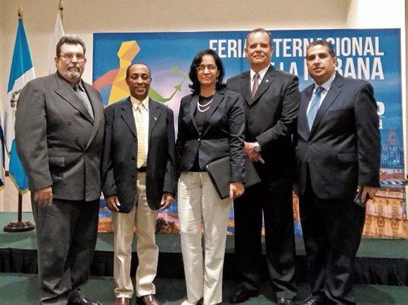 José Govea, del Ministerio de Comercio de Guatemala (seg. izq.) y Niurka Marsán, con el embajador Carlos de Céspedes. Foto tomada de Prensa Libre.