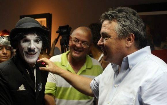 El ministro se encontró con el curioso personaje de las calles de La Habana, Eduardo Almirante disfrazado de Charles Chaplin. Foto: José Raúl Concepción/ Cubadebate.